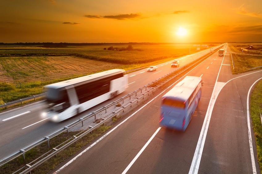 Cars sur autoroute au coucher de soleil